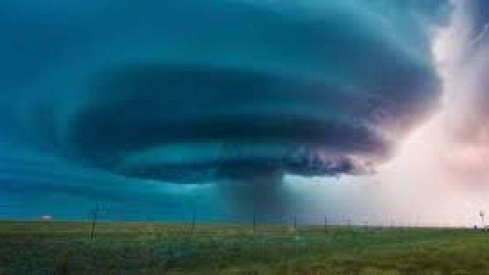 Tornado w szklance wody